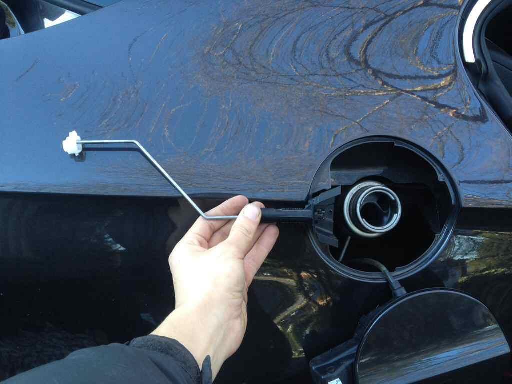 how to open fuel cap on vw passat