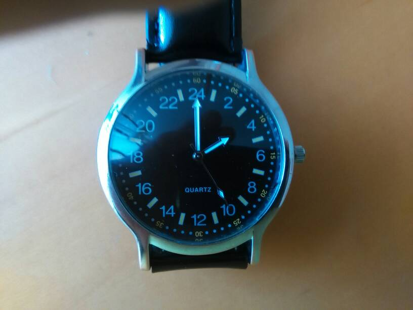 7e5f75fc086d Mi impresión es que se trata de un movimiento de un reloj de 12 horas  puesto en uno de 24 y que la aguja horaria no tiene la desmultiplicación  necesaria ...