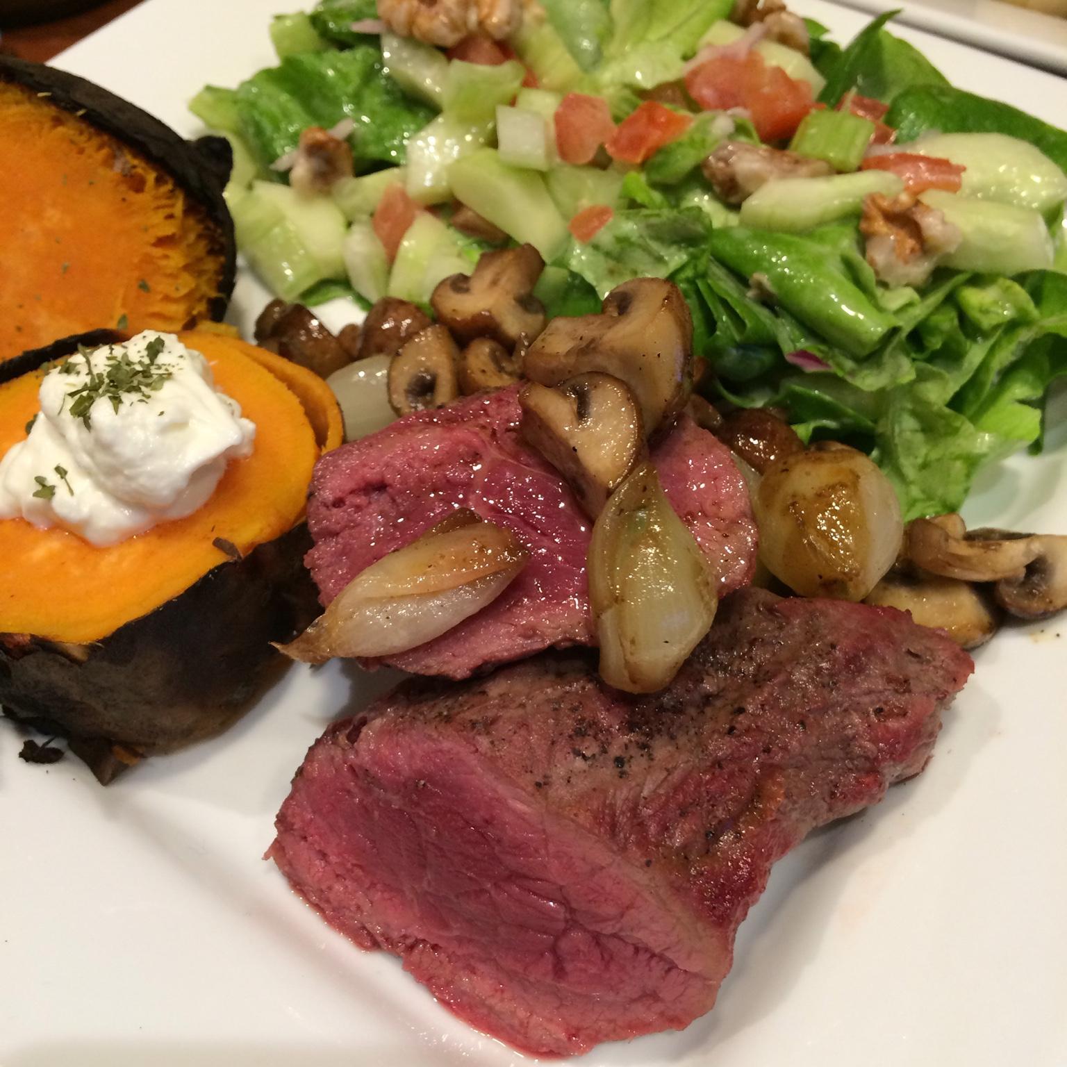 biefstuk met zilveruitjes en champignons zoete aardappel en salade. Black Bedroom Furniture Sets. Home Design Ideas