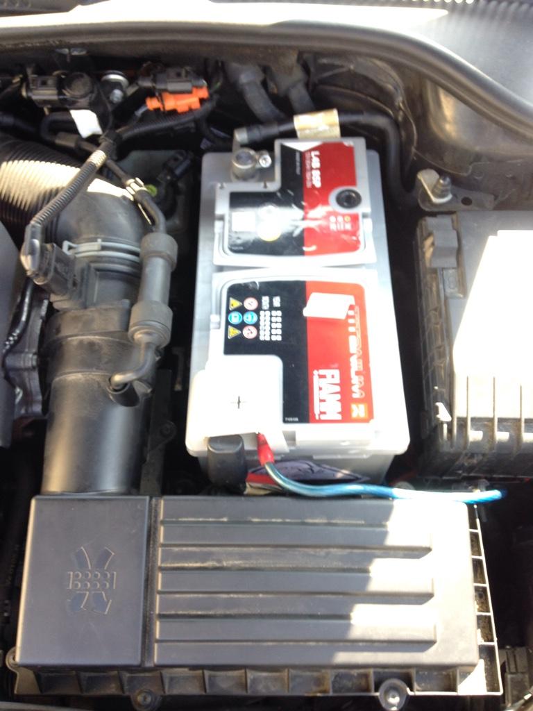 batterie oscaro changement de batterie sur renault megane 2 tutoriels batterie fulmen fk700. Black Bedroom Furniture Sets. Home Design Ideas