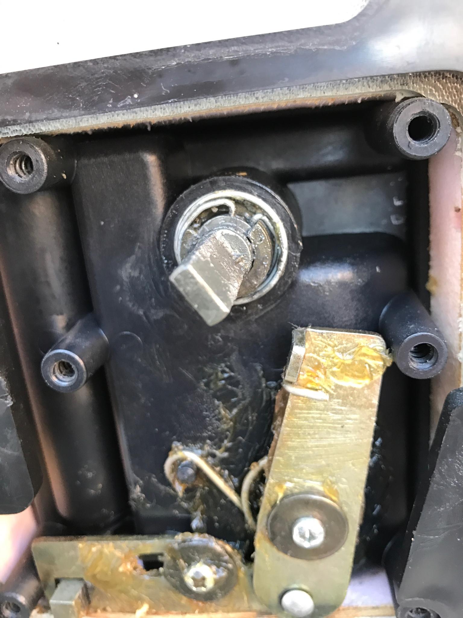 Una de bombines de puerta se ha cascado - Bombines de puertas ...