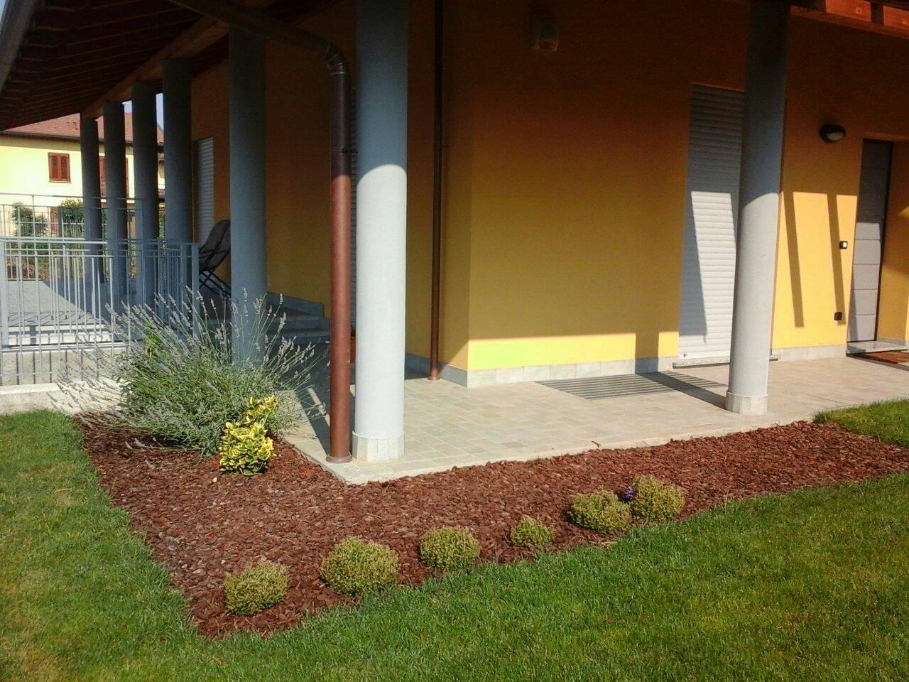 Realizzazione aiuola in giardino for Cespugli giardino