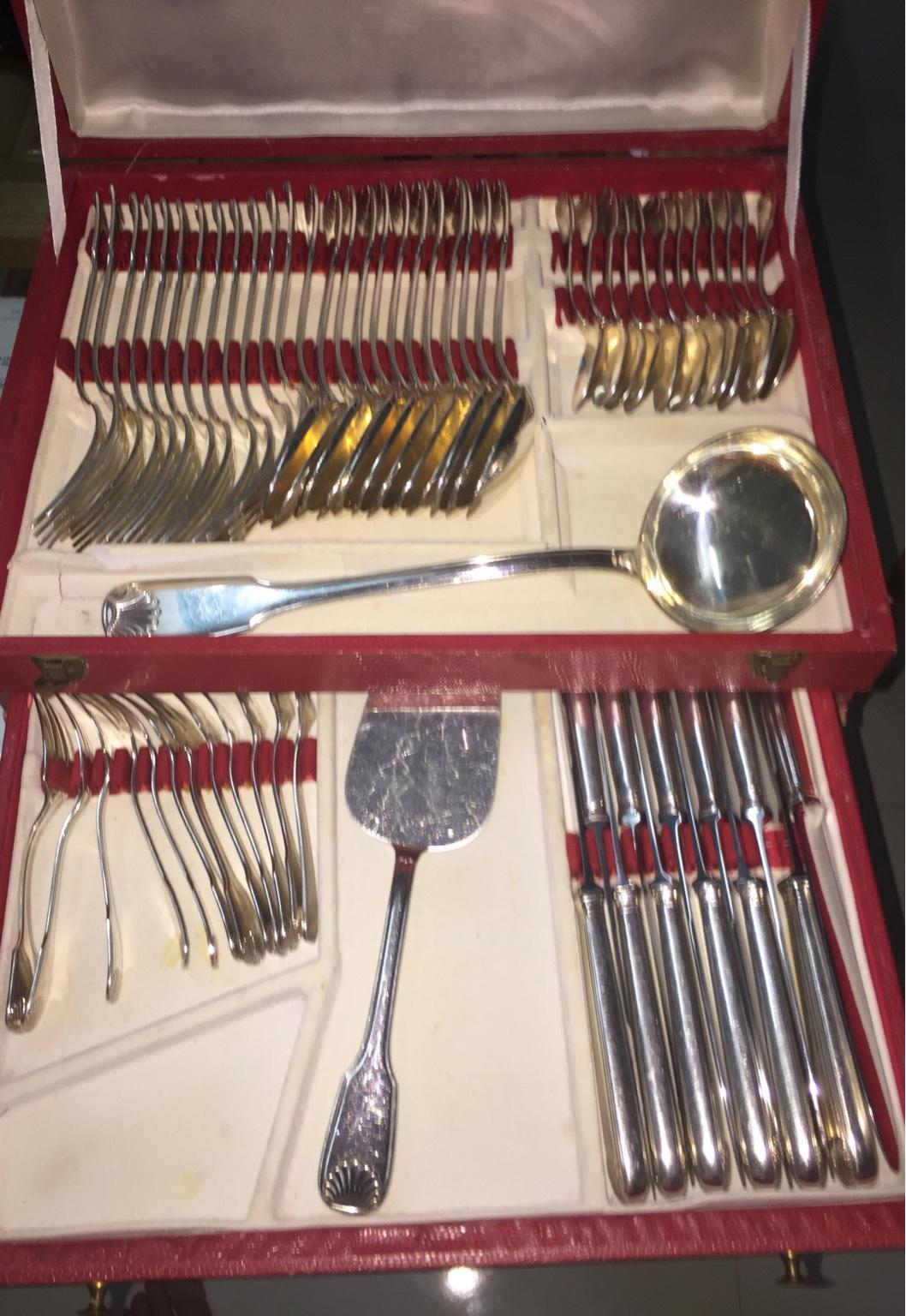 Khay xìa, dĩa, dao phục vụ bàn ăn thời vua chúa bằng bạc chất lượng và sang trọng chưa từng thấy