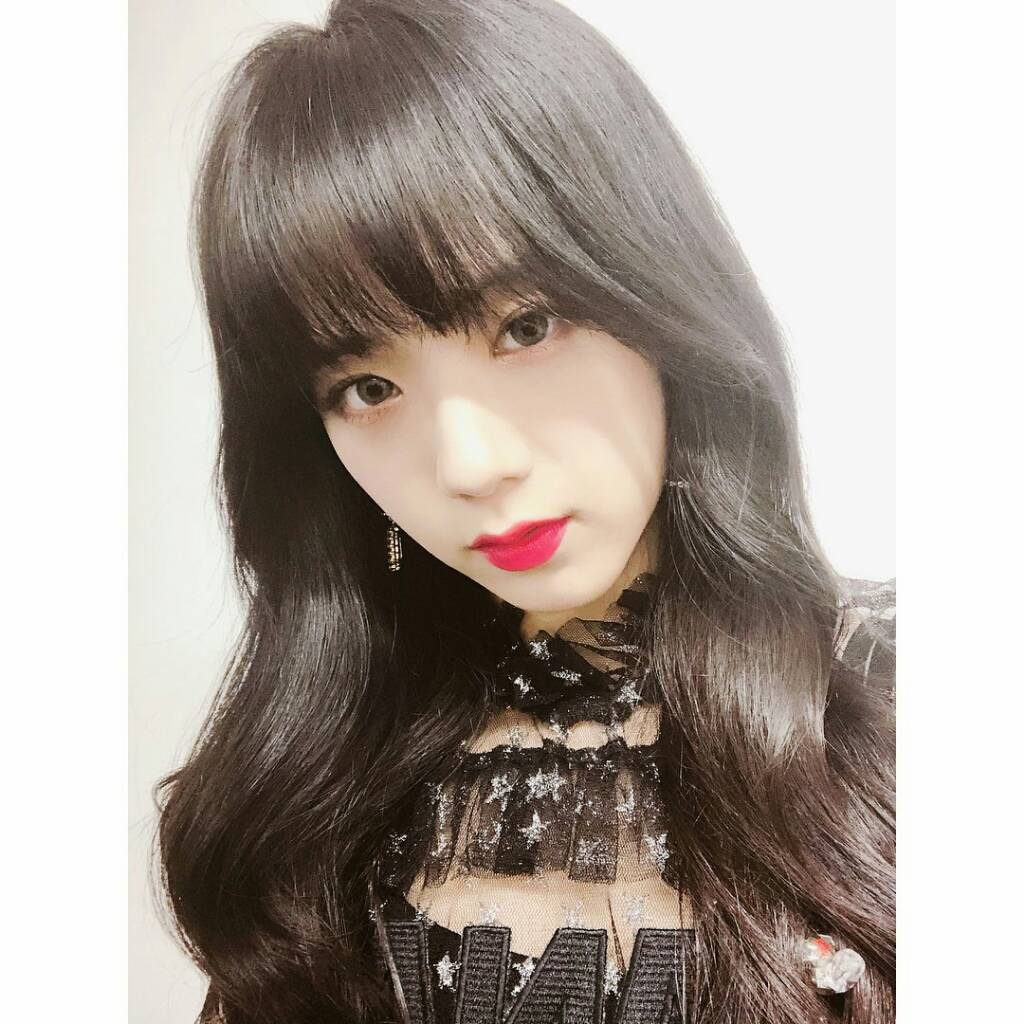 Instagram Jisoo Looks Stunning With Red Lipstick Celeb Social