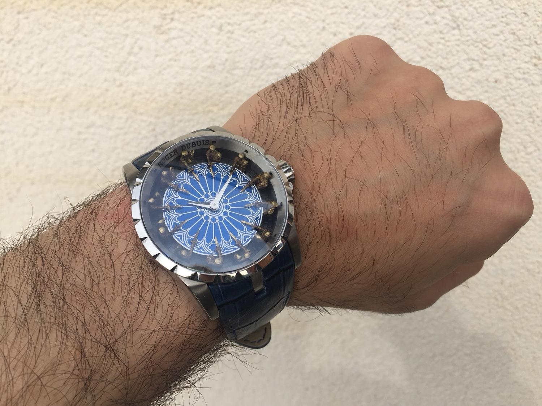 Часы excalibur table ronde спроектированы на базе автоматического механизма rd с функцией отображения часов и минут.