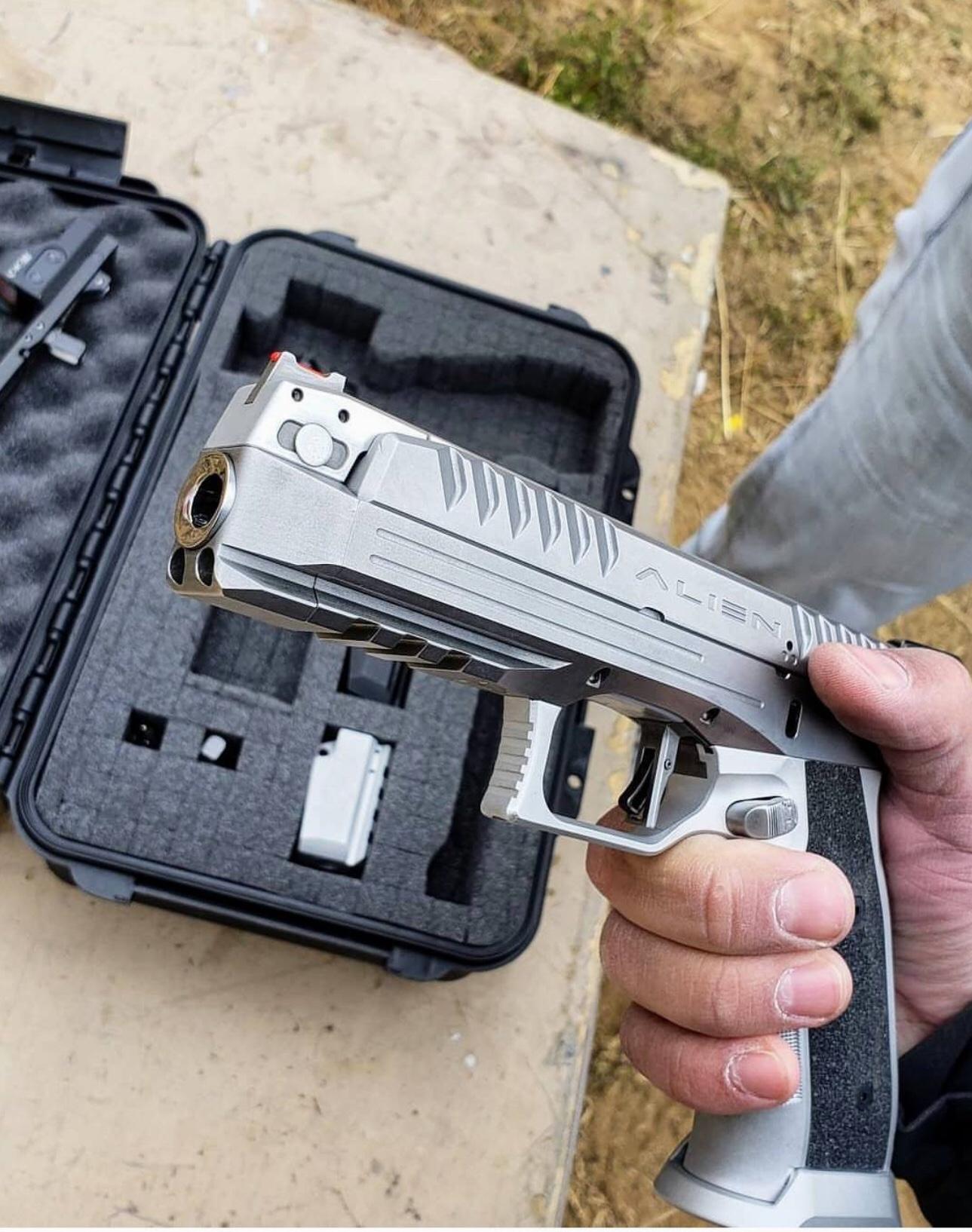 Prototype Pistol: 9mm, fixed barrel, gas-delayed blowback 77701588458b1a84d8efc8854656d305