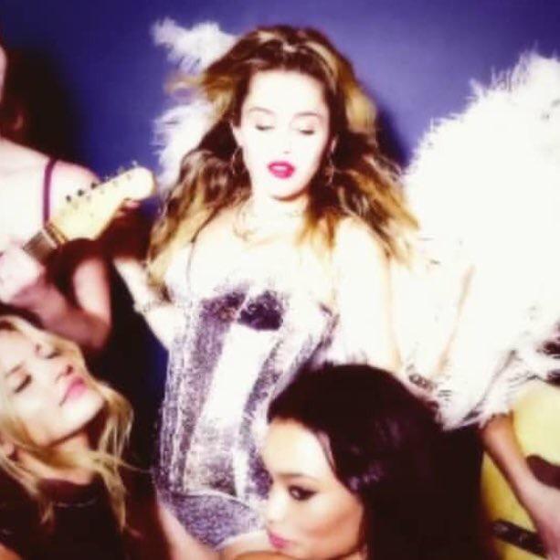 """Miley Cyrus >> EP """"She Is Coming""""  682e97956f837cae201b68f46723540e"""